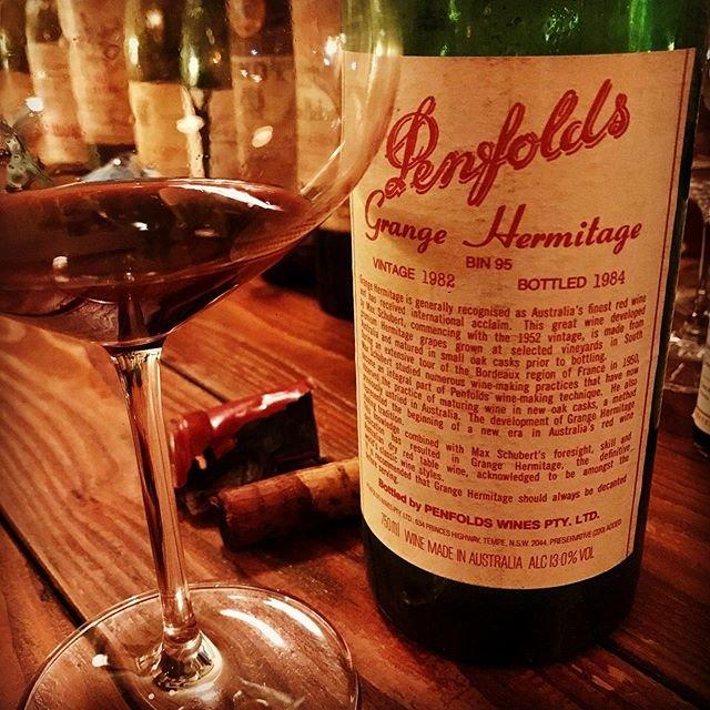 """nadja1963 on Instagram: """"ペンフォールズ、グランジ(ハーミテージ)1982。まさにオーストラリアワインの最高旗艦として長年君臨してきたペンフォールドのトップワイン。昨年末のリストに上げたワインでした。昨日ご縁あって37年の眠りから覚めました。所有してから店以上の歴史があるワインは自分の中でもいろいろ感慨深く、ゆるりご相伴にあずかりどこにもない際立ったオーストラリアシラーズの個性をご一緒に堪能させていただきありがたや。久しぶりに心地よいアフターテイストが非常に長く、消えることなく続くワインをいただいた。こんなに年数が経っているにも関わらず熟成の色葉と共に芯の強い果実味がフワリと浮かび上がってくるのです。ヨーロッパにはない超絶個性。48000はかなりお得♪だったでしょう。…"""" (19667)"""
