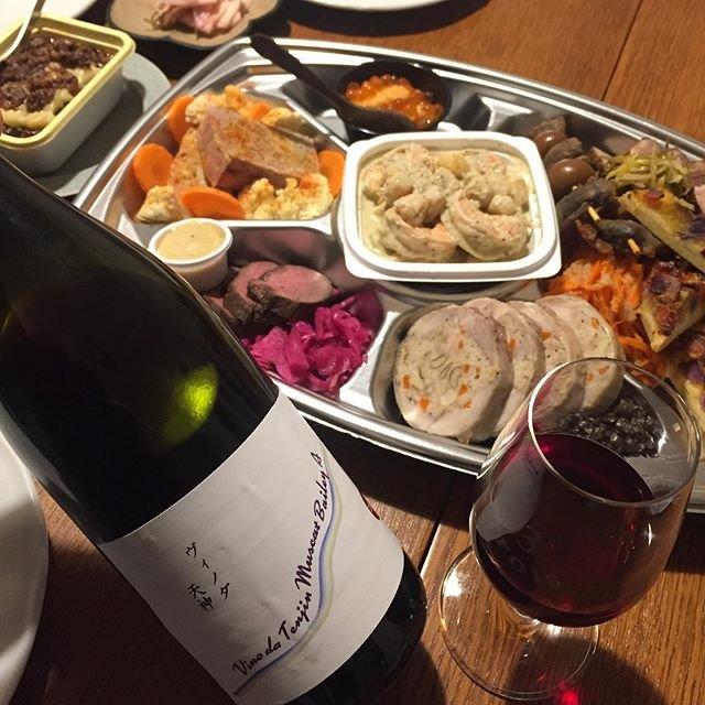 """Takuro Koga on Instagram: """"【謹賀新年】 あけましておめでとうございます。 大晦日は2年連続でドゥプラさんのオードブル。 これがまたバラエティ豊かでどれも美味しく、 ワイン飲みにはたまらないんですよねぇ。。 紅白観ながらゆっくりつまんで食べました。 阿蘇鹿の燻製とかめっちゃ美味しかった。。…"""" (19937)"""