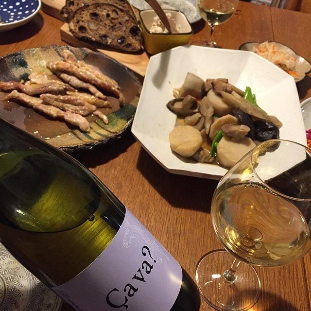 "Takuro Koga on Instagram: ""一昨日の晩御飯より。 阿蘇赤鶏のせせりを焼いて飲み始める。 クラシク左座さんにいただいたノアレザンと。 家族全員、左座シェフのパンの大ファンです。 そして2020年の最初の1本はこちら! ドメーヌオヤマダのサヴァ?2018。 月に1度、約2年間、畑に通わせていただいた、 塾長…"" (19951)"