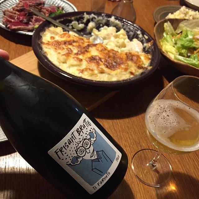 """Takuro Koga on Instagram: """"昨日の晩御飯より。 タジン鍋いっぱいのグラタンと鰹のタタキ。 飲んだのはイタリアのエミリアロマーニャから、 イルファルネートのフリザン ブルット。 瓶内二次発酵があまりうまくいかなかったようで、 ガス圧が弱く微微微発泡に仕上がったワイン。…"""" (20453)"""