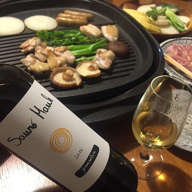 """Takuro Koga on Instagram: """"一昨日の晩御飯より。 鶏肉をメインにホットプレートな夜。 もう厨房に立つのはやめてしまった僕ですが、 ホットプレートでの火入れは僕が担当します(笑) 飲んだのは北イタリアのヴェネトから、 素晴らしい造り手を次々に輩出する、 ビアンカーラのアンジョリーノ先生のお弟子筋、…"""" (20570)"""