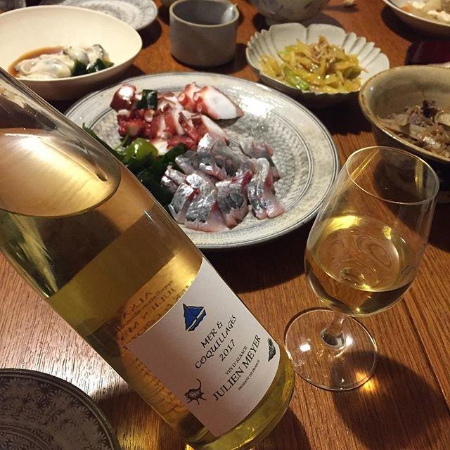 """Takuro Koga on Instagram: """"一昨日の晩御飯より。 カミさんと子供達が買っててくれたお魚たち。 1週間お疲れ様で飲んだのはアルザス。 ジュリアンメイエーのメール エ コキアージュ。 「海と貝」と名付けられたこのキュヴェは、 ミネラリーで味わいもキレイで伸びやか。 ついつい魚介に合わせたくなります。…"""" (20679)"""