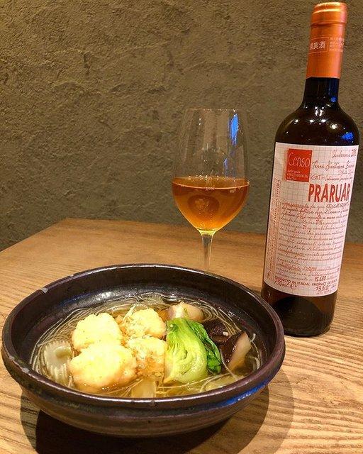 """iomare(イオマレ) on Instagram: """". 新しい一皿「のと115椎茸とエビ団子のスープ」 . のと115とエビのお出汁とオレンジワインの相性が抜群です。 一昨日から金沢では雪も降り、一気に寒くなりましたね。 こんな寒い日には温かいスープとワインなんていかがでしょうか。  #iomare #イオマレ…"""" (20950)"""