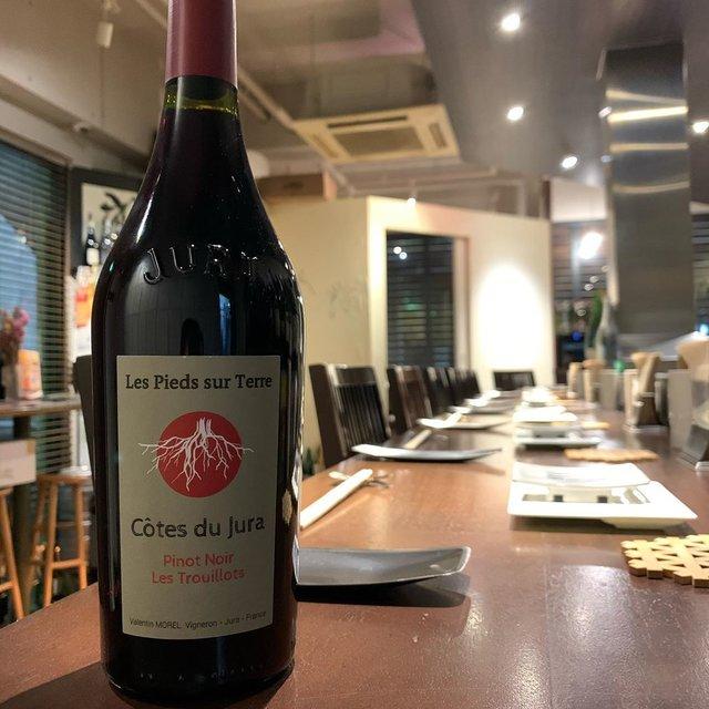 """串かつayano on Instagram: """"《Cotes du jura Pinot Noir Les Trouillots 2018》  フランス、ジュラよりDomaine Morel  2014年に畑を受け継ぎ新たな栽培で醸造するValentin Morel…"""" (21133)"""