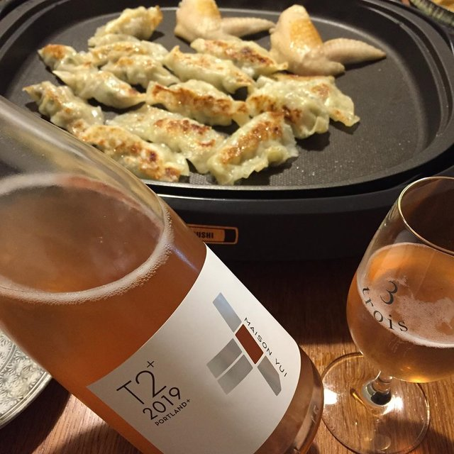"""Takuro Koga on Instagram: """"いつかの晩御飯より。 長男のリクエストで晩御飯は餃子と手羽元。 飲んだのは昨年訪問させていただいた、 余市のドメーヌユイさんからの新着、T2+。 御縁がありまして、 久しぶりの日本ワインの新規取引先ですよ! これはさっぽろ藤野ワイナリーさんで委託醸造した、…"""" (21224)"""