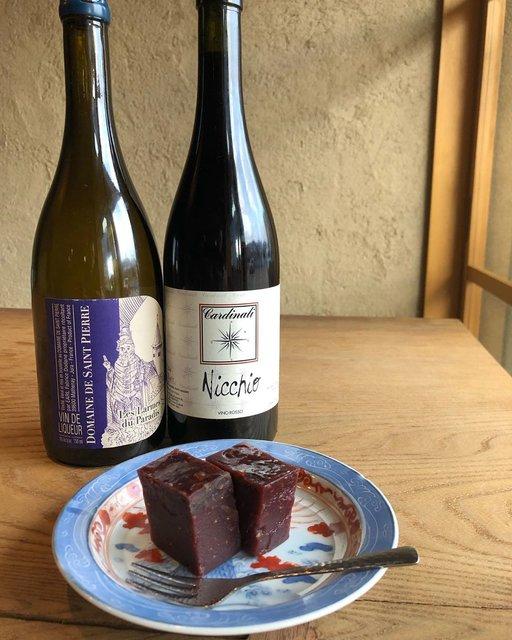 """iomare(イオマレ) on Instagram: """"姉妹店・酒屋 彌三郎の開店当初からの密かな人気デザート 「焼き胡桃と干しイチヂクの羊羹」を 本日はiomareでもご用意しております。  是非合わせてみてほしいグラスワインは、  フランス・ジュラ地方 サンピエールの甘口ワイン  イタリア・エミリアロマーニャ州 カルディナーリ…"""" (21315)"""