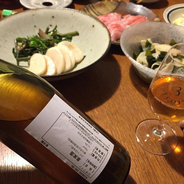 """Takuro Koga on Instagram: """"昨日の晩御飯より。 久しぶりに魚屋さんに寄れた日。 帰宅したら金目鯛の刺身や、平貝と菜の花のお皿が。 大きな鉢はこないだ買い求めた森山陶器さんのもの。 うーん、実に素晴らしい。。。 飲んだのは共栄堂さんの3/下旬リリースのサンプル、…"""" (21339)"""