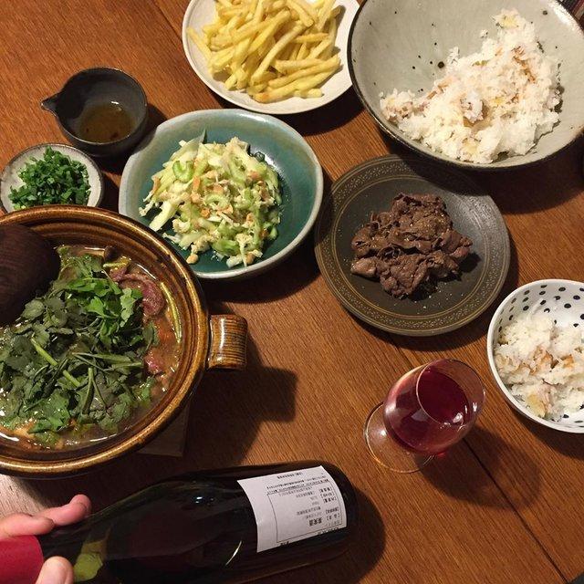 "Takuro Koga on Instagram: ""昨日の晩御飯より。 芹トマト牛鍋に揚げじゃがいも御飯。 子供達は焼肉とポムフリな金曜日。 たまには俯瞰で撮るのもいいですね(笑) 飲んだのは二夜連続の、 共栄堂のサンプルロットK19bAK_AK_00 秋とか赤とかややこしくて面白いです(笑)…"" (21342)"