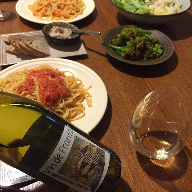 """Takuro Koga on Instagram: """"こないだの晩御飯より。 シンプルなトマトソースのパスタが好きです。 それも、麺はできればリングイネがいい。 大牟田のnidoのシェフが焼いてくれたパンと、 お義母さん謹製のリエットをアテに飲んだのは、 フランスのロワールのいぶし銀、 フランツソーモンのヴァンドフランツ。…"""" (21867)"""