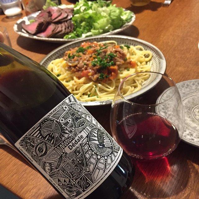 """Takuro Koga on Instagram: """"昨日の晩御飯より。 呑気な投稿だと思われたら申し訳ないのですが、 これが僕の仕事だしルーティーン。 お義母さんから届いたローストビーフと、 山盛りのパスタでパワーチャージな夜。 飲んだのはフランス ロワールからの新着。 ジェレミー クアスターナーの弟、 ジャン…"""" (22184)"""