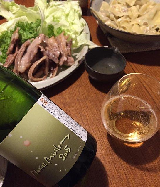 """Takuro Koga on Instagram: """"昨日の晩御飯より。 雨の休日は子供達と家でのんびりと。 はじめて蕎麦打ちをしたり(笑) 夜はサムギョプサルとワンタン。 飲んだのは自宅のストックから、 KONDOヴィンヤードさんの、 ナカイ ミュラワ2015。 余市 中井農園さんのミュラーに、…"""" (22401)"""