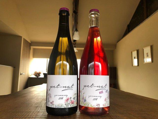 "Wineshop Brücke(ワインショップ ブリュッケ) on Instagram: ""明日は母の日ですね。  ワイン好きのお母様にこんなワインの贈り物も。  ドイツ・ファルツ地方、ブランド兄弟が若い感性で造るワイン。 お祝いごとに華やかさを加えてくれ、気温が上がってきた季節的にも嬉しいスパークリングワイン。…"" (22908)"