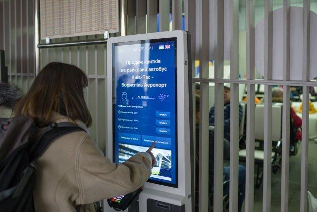 近畿日本鉄道でAIデジタルサイネージ実証実験。10万店の飲食情報をホットペッパーが提供
