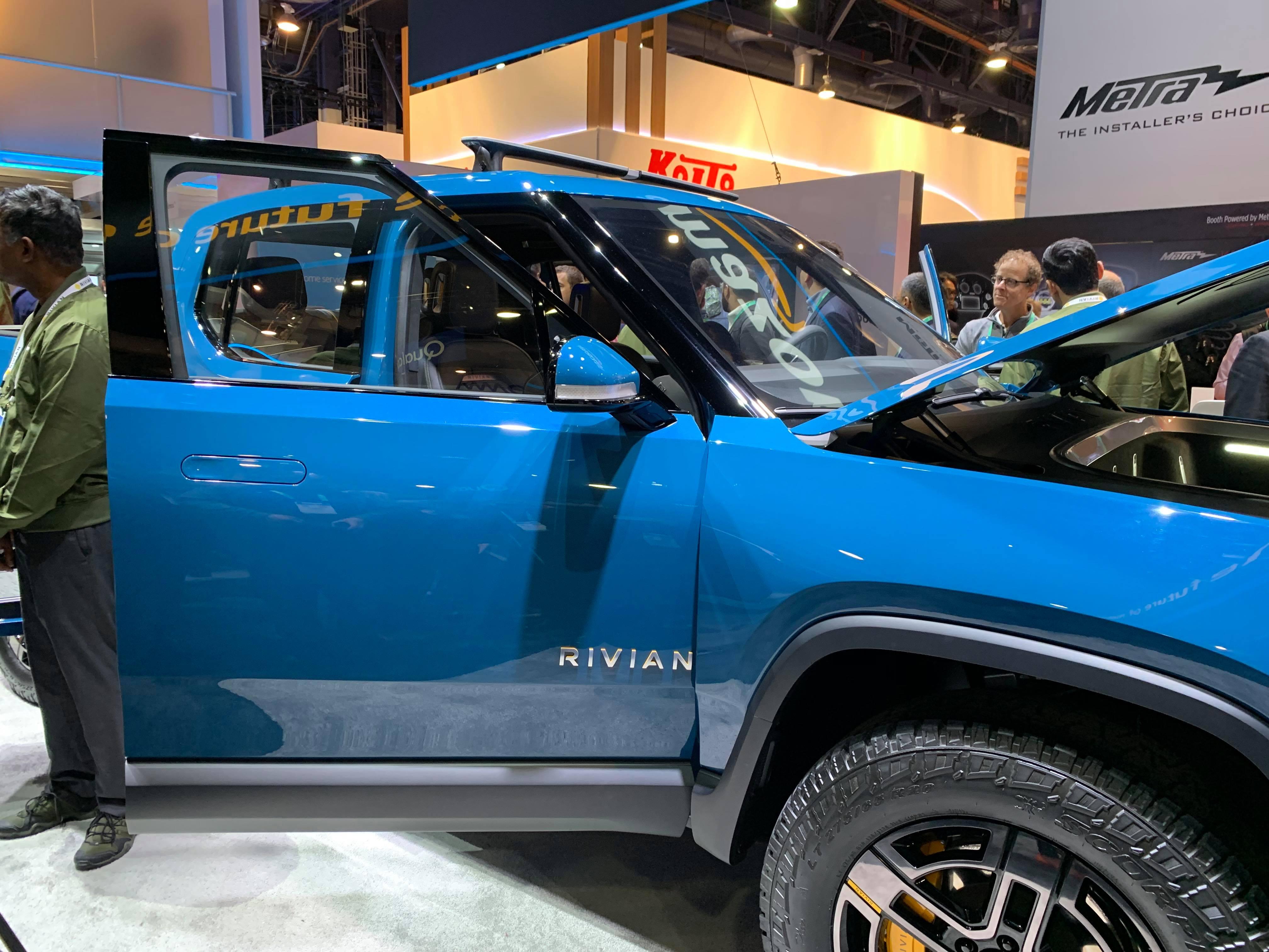 Amazonが展示するRIVIANのEV車