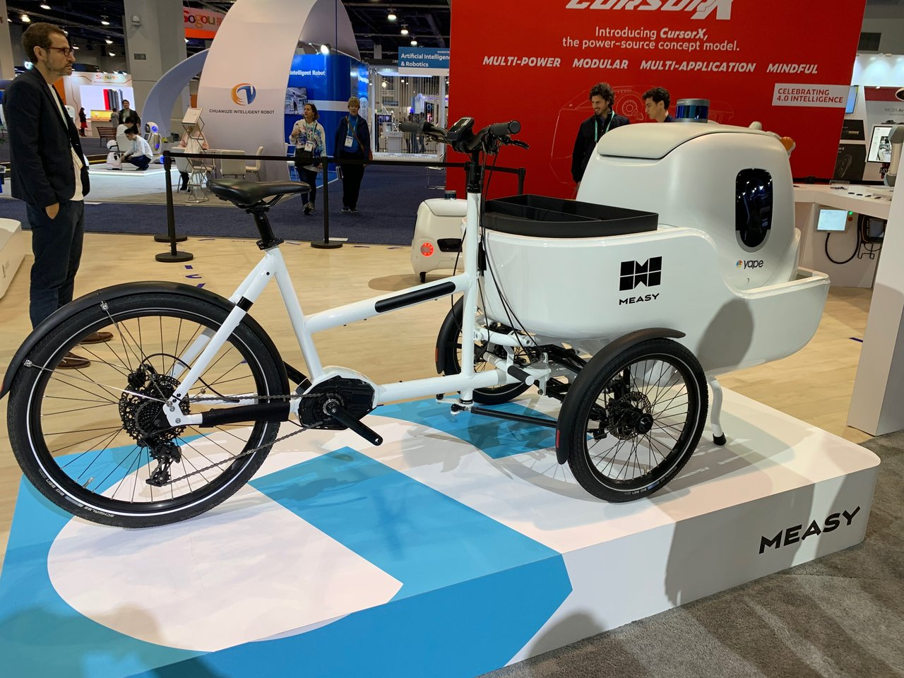 e-noviaが展示した運搬能力を持った電動バイク