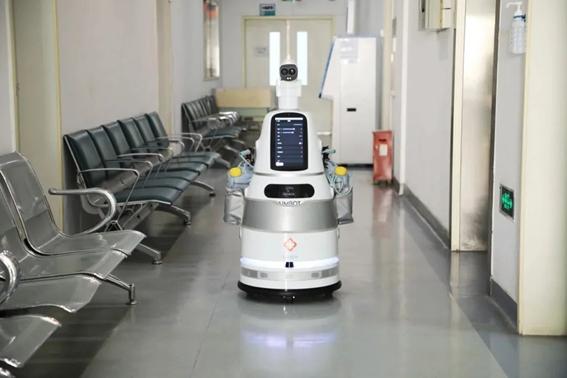 室内体温検査ロボットAIMBOT(当該企業の公式SNSアカウントより引用)