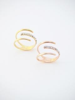 指輪が指をつつんでいるようなデザインで、細めのラインが...