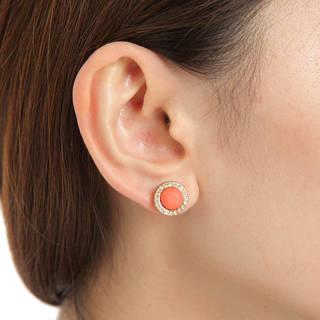 シンプルながらも耳元で輝くデコラティブなピアスは女性ら...