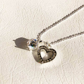 こちらのネックレスは、福原選手のネックレスのようなキラ...