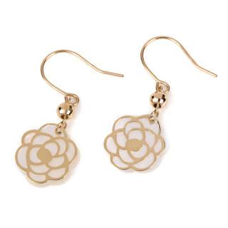 白蝶貝に繊細なゴールドで形どったカメリアは、耳元で優し...