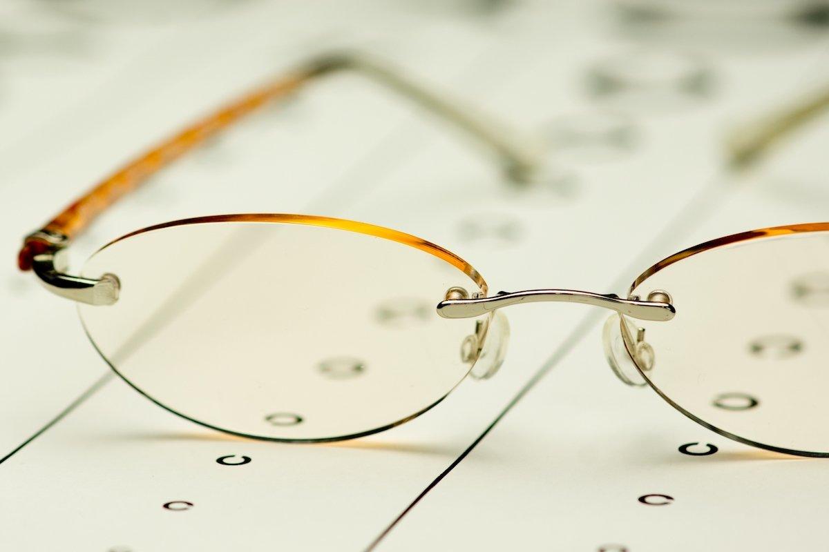 老眼鏡の度数をチェック!自分で出来る測り方