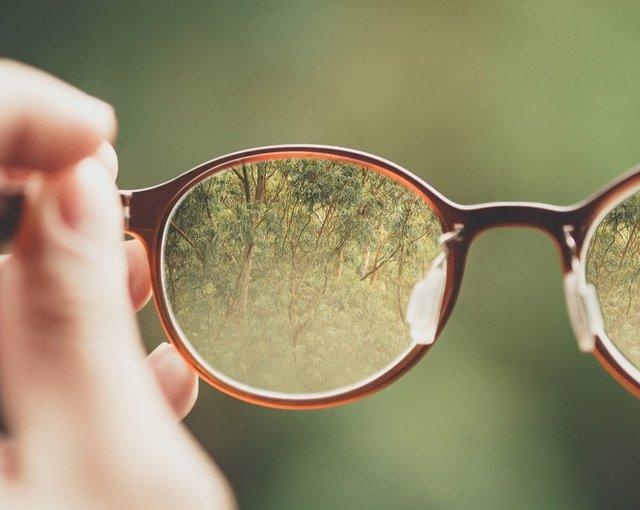 メガネのレンズ交換はどのタイミング?扱い方で寿命が変わる