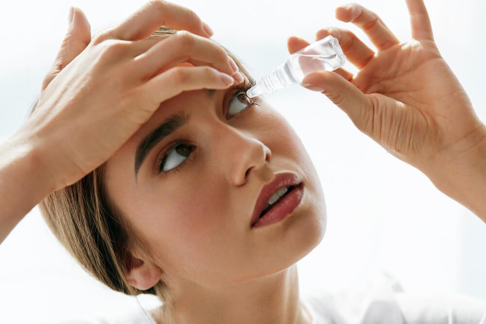コンタクトレンズ使用時の目薬の使い方・普通の目薬を使ってもいい?