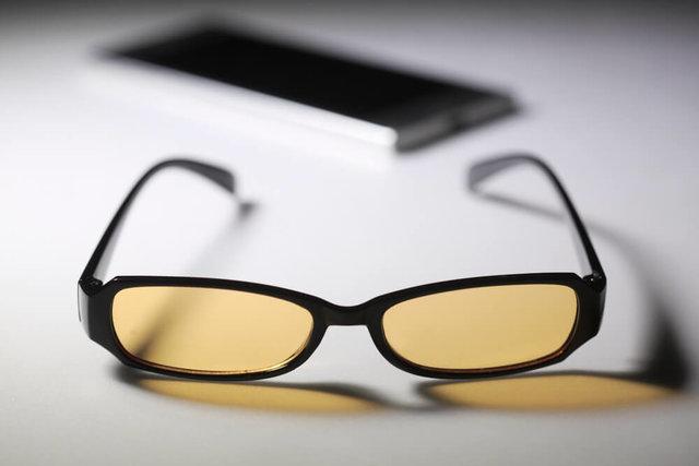 コンタクトレンズにはブルーライトカット度なしメガネの併用がおすすめ
