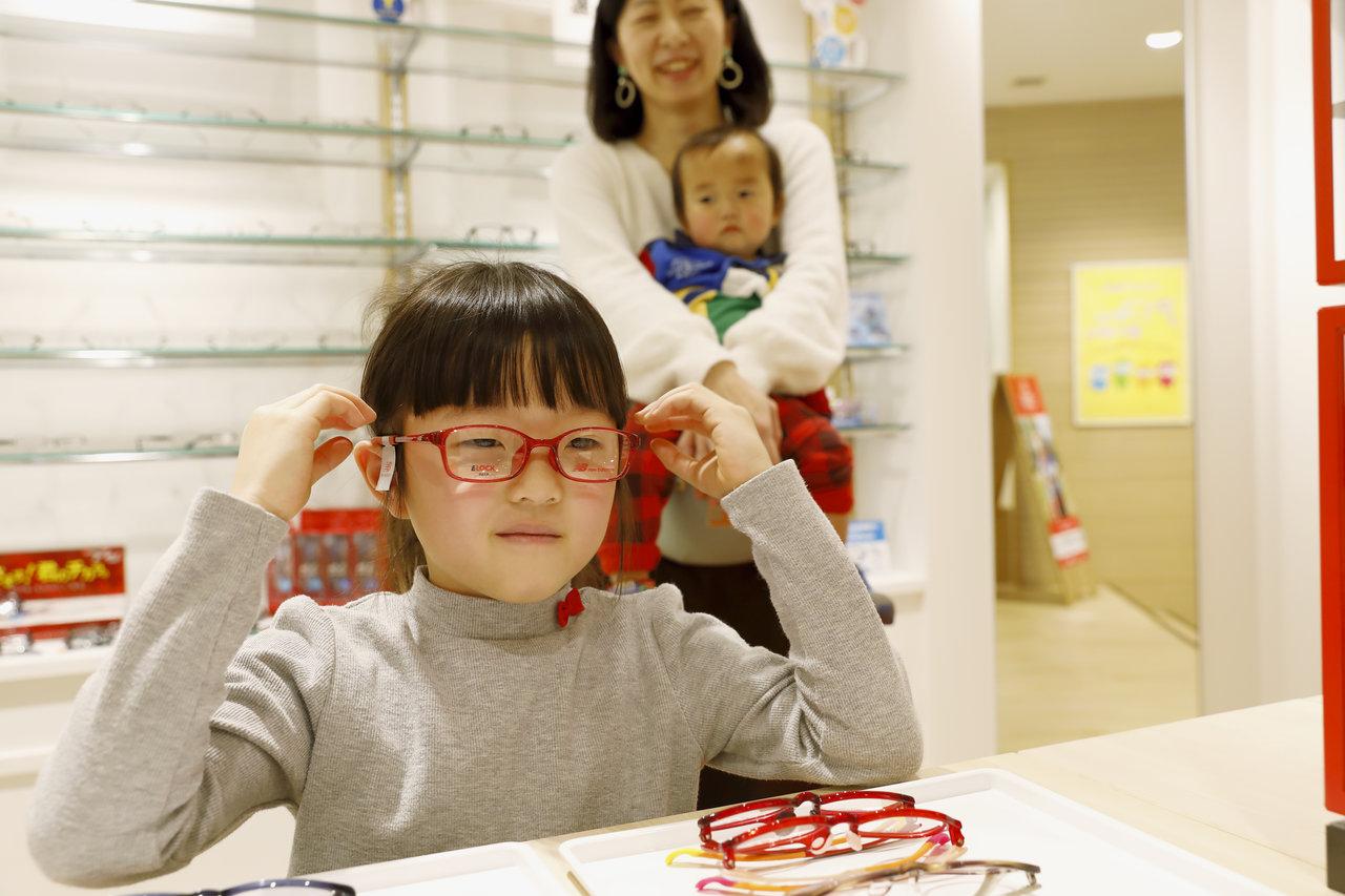 小学生親子のメガネ選びに密着!~成長に合わせたメガネで快適に ...