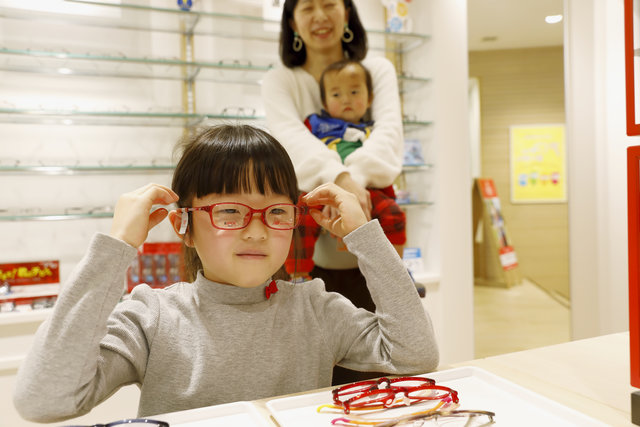 小学生親子のメガネ選びに密着!~成長に合わせたメガネで快適に~