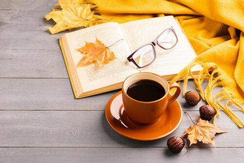 「読書の秋」の由来や過ごし方とは?本を読む時にぴったりな読書グラス