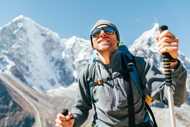 サングラスをかけて登山を安全に!選び方やおすすめアイテムも紹介