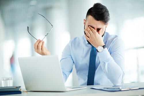 ブルーライトカットで目の疲れは軽減される?疲れ目対策におすすめのメガネとは