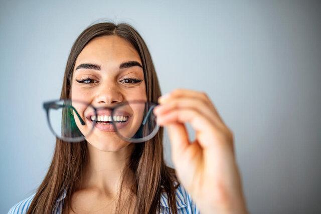 セルフレームメガネとは?メタルフレームとの違いやメンテナンス方法を紹介