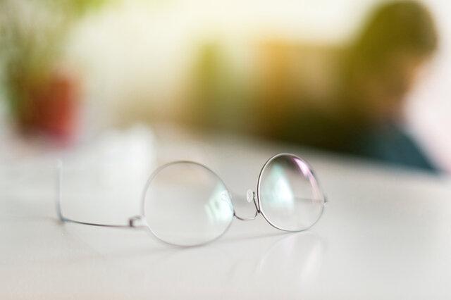 かけ心地に優れた軽いメガネを選ぼう。おすすめ商品や目の疲れ対策も紹介