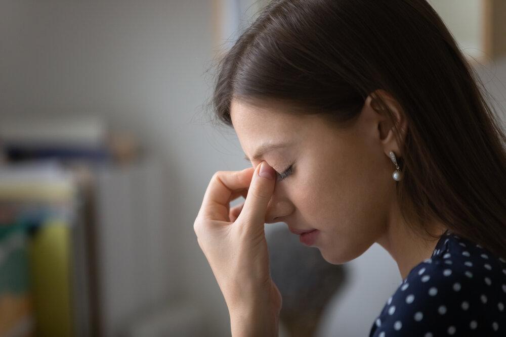 コンタクトで充血する原因と対処法。目を休ませるための家用メガネも紹介