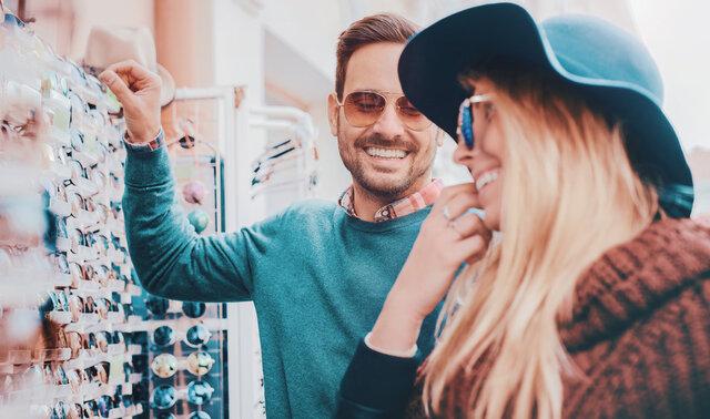 大切な人へのプレゼント用メガネの選び方。喜ばれるメガネグッズも紹介