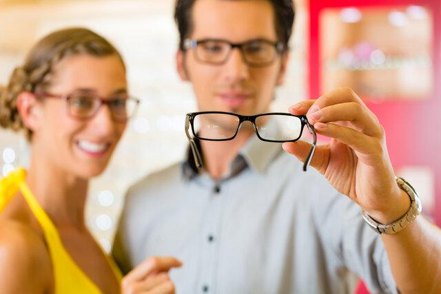 スクエアメガネが似合うのは丸顔?選び方やおすすめメガネを紹介