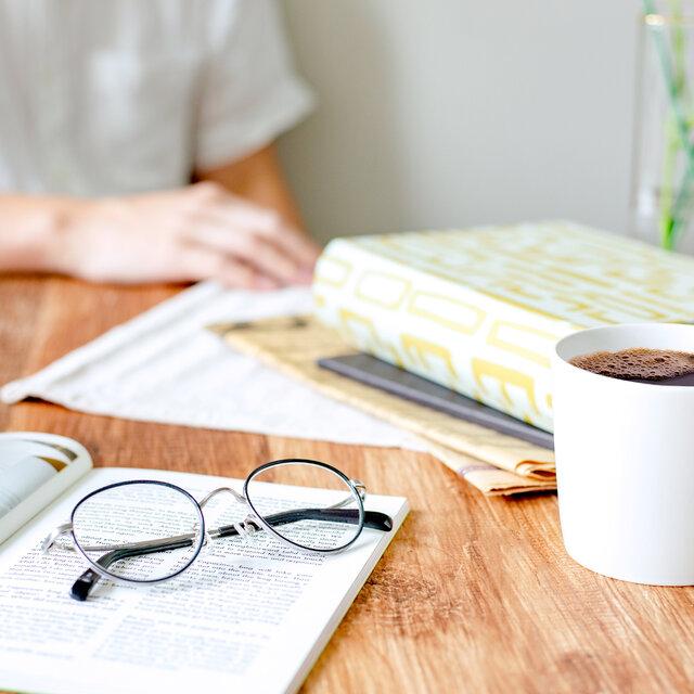 「おうち時間」が楽しくなる過ごし方!リラックスタイムに活躍するメガネも紹介
