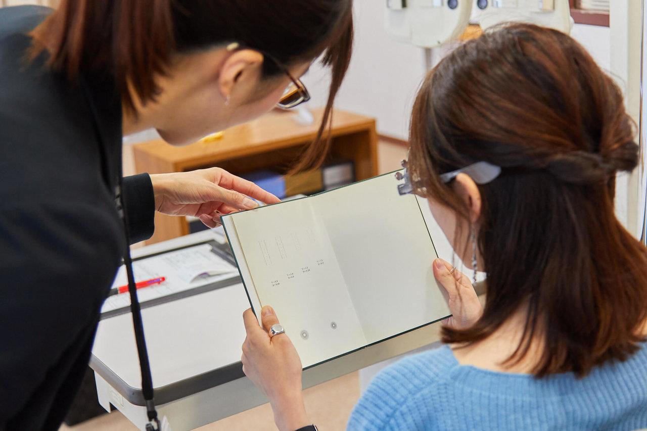 メガネの愛眼で視力測定を受ける女性
