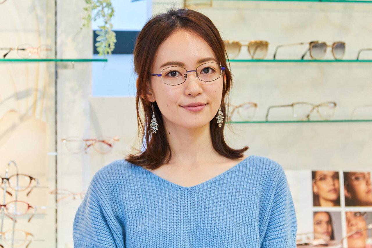 メガネの愛眼でメガネを選ぶ女性