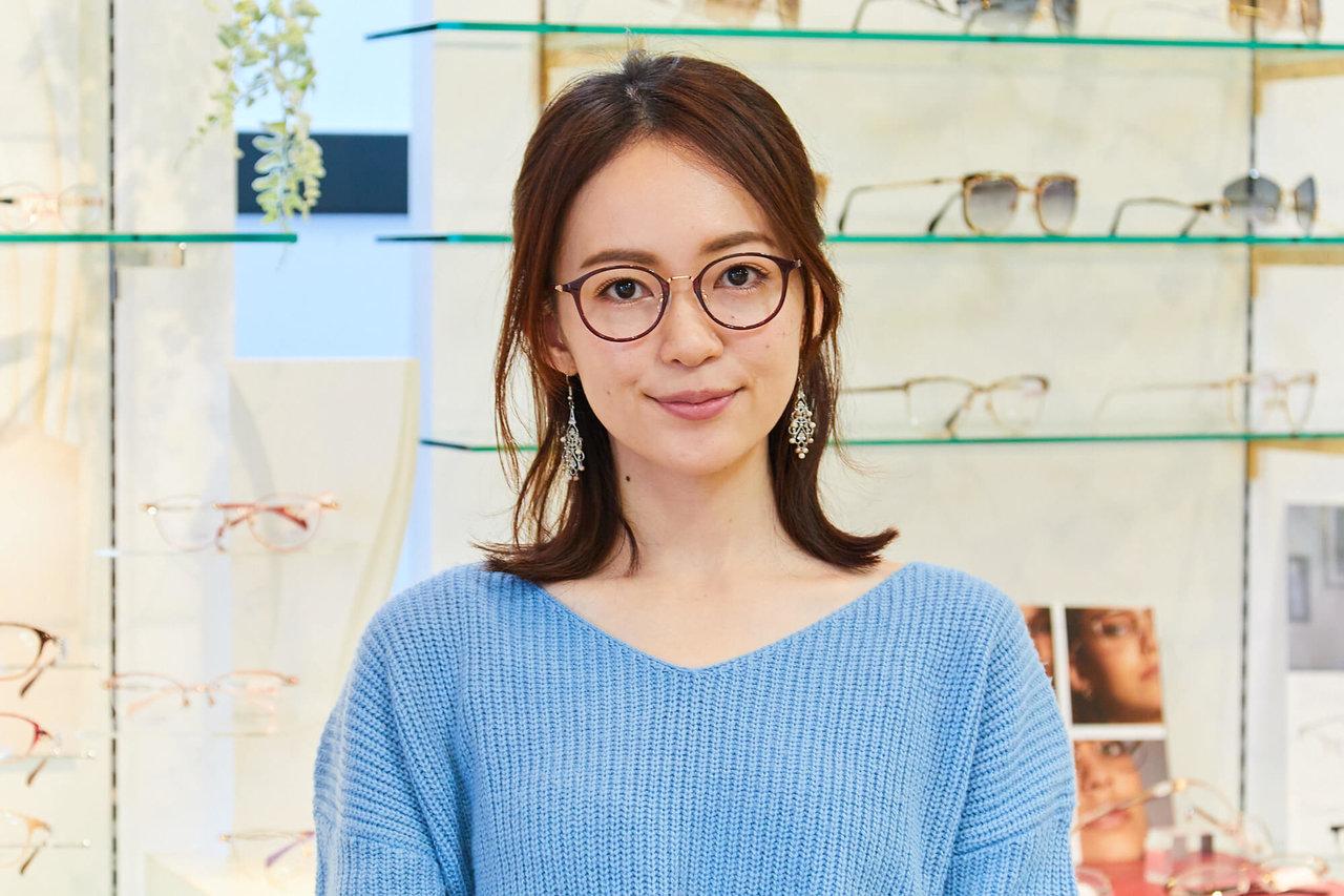 メガネのアイガンでメガネを選ぶ女性
