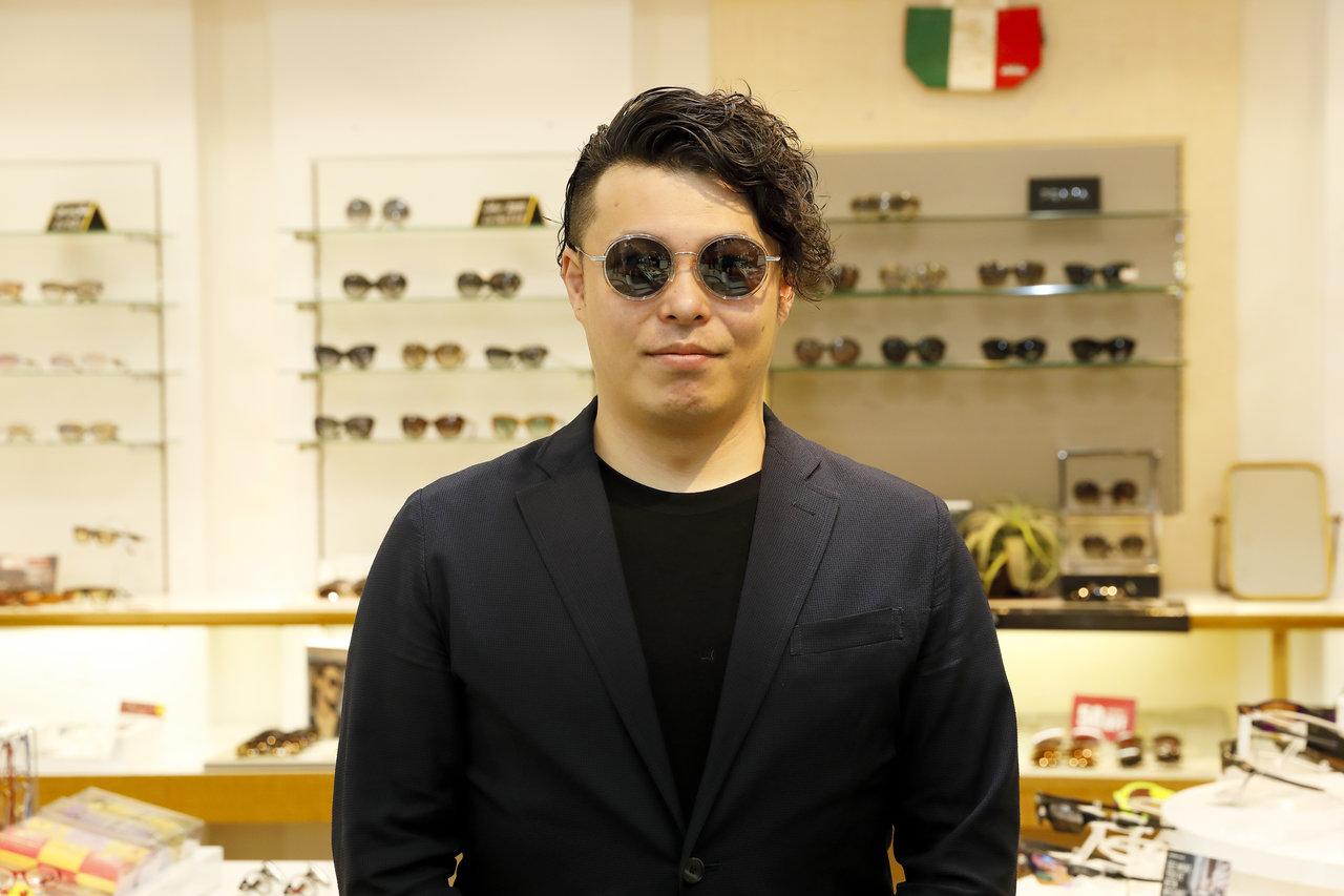 Polaroidのサングラスをかける男性