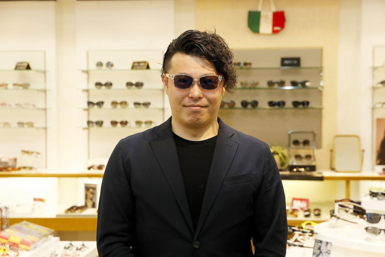 ストームライダーのサングラスをかける男性