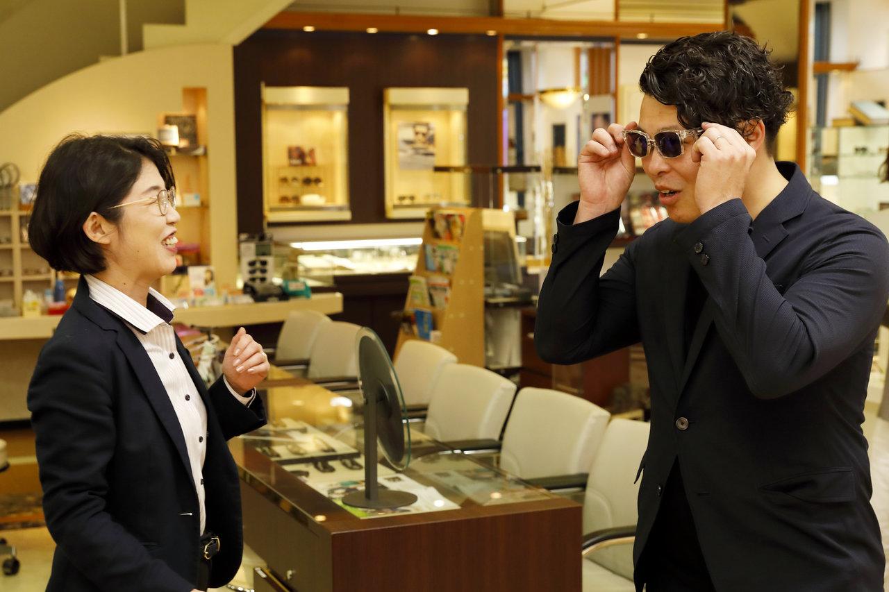 店頭でサングラスを選ぶ男性