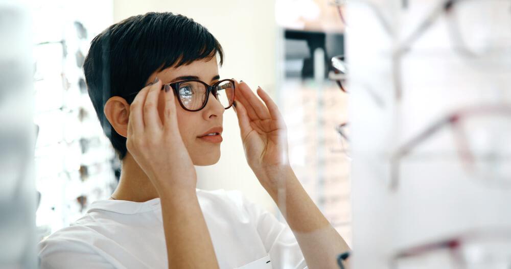 メガネを選ぶ女性