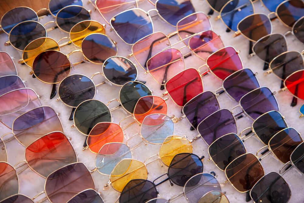 テーブルに並んだ色とりどりのサングラス
