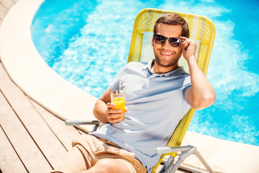 プールサイドでチェアに腰掛ける男性