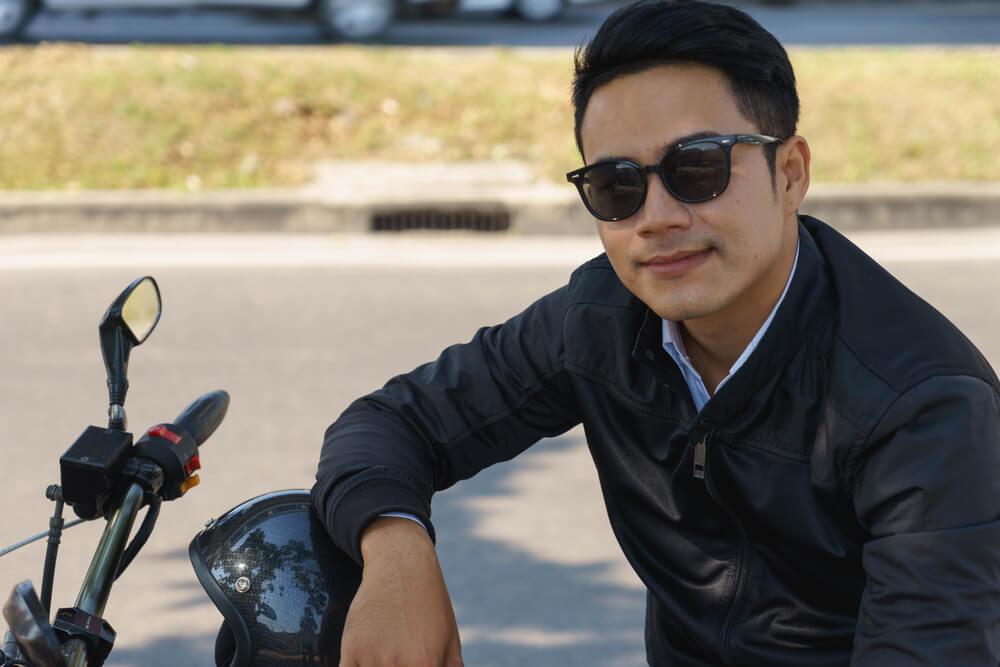 サングラスをかけてバイクに乗った男性