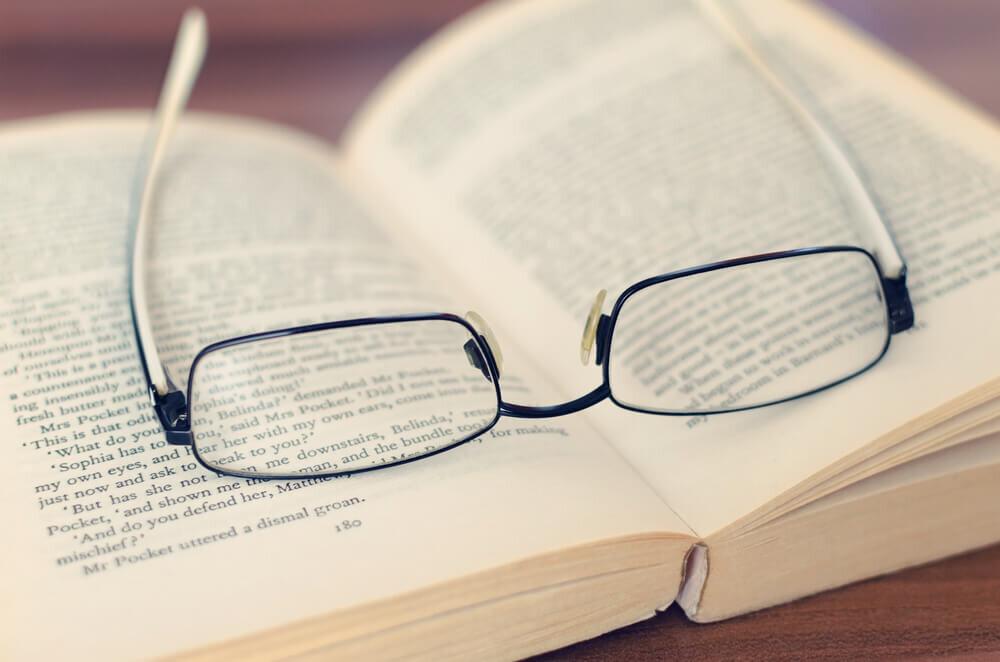 本の上にあるメガネ